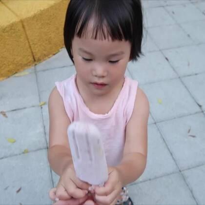誰吃了我的冰棒?😱 天氣再這麼熱下去,吃冰都有可能變這樣...🔥🔥 我們的微博開通啦:http://www.weibo.com/momanddad 快來關注我們!#逗比##搞笑##寶寶#
