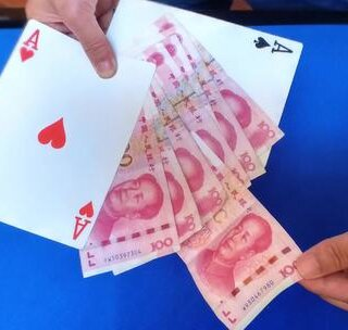 魔术教学:扑克牌大变钞票!魔术师真的能凭空变钱?揭秘后跪了!😱😱良心魔术教学!学会的记得双击评论支持一下哦!#我要上热门##美拍小魔术##撩妹#@美拍小助手