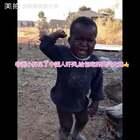 非洲小胖见了中国人吓哭,给包吃的高兴大跳👍好可爱❤️#宝宝##精美电影#