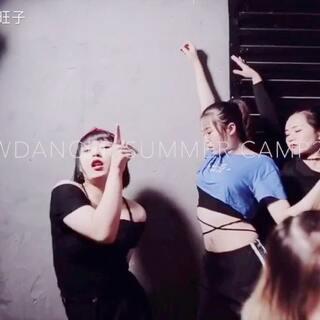 暑假班第五期#舞蹈#,哈哈,给自己加了点戏,刚开始画风还是美美哒,后来就崩了,喜欢的点个赞喽,么儿么儿哒😘#敏雅舞蹈##我要上热门@美拍小助手#