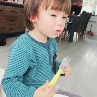 #宝宝##吃秀##荷兰混血小小志&柒#非常有耐心和面面磨的孩子,不需要妈妈帮忙!我自己吃... ... 好烫好烫😂