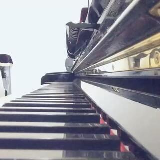 #音乐##钢琴##乐器#好久不见了,一位朋友点的这首歌,现在才弹,实在抱歉,何洁-请不要对我说sorry 送给大家,大家幸福哦,即兴编配,勿喷@王丹妮1108