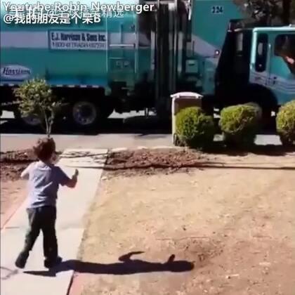 一个患有自闭症的小男孩,非常喜欢垃圾车。每次有垃圾车经过自己家,总会很激动地跑出去看。而这一次,垃圾车司机给他带来一个意外的惊喜,真的好暖