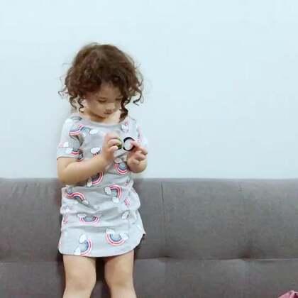 想早点休息又睡不着。爸爸在客厅看Netflix,我跟mo聊聊天😂#mo说话##momo在泰国#