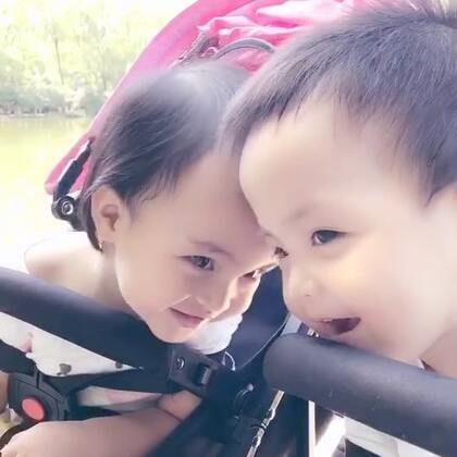 #龙凤胎兄妹俩# 湖边走走🎈☀️晒得黑黑 蚊子大包的季节就要过去啦! ㊗️大家周末嗨皮❤️❤️ #双胞胎的日常#
