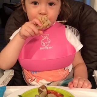 #吃货伊伊# 今晚做了麻麻很喜欢的一道菜 没有坎好的带骨鸡肉块-用鸡翅代替也一样 焖马铃薯红萝卜洋葱鲜香菇~ ✌️