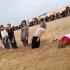 在海边还可以这样玩,涨姿势了😂😂😂#搞笑#