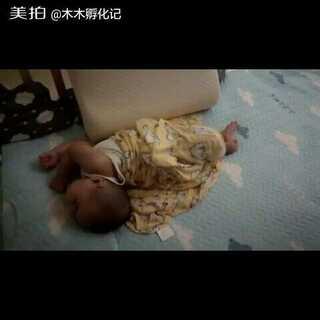 #宝宝##木木百睡图#木木今晚的睡姿,我怎么看怎么觉得不舒服呢。。。