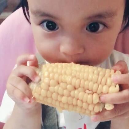 #龙凤胎兄妹俩# 小宝宝不能吃玉米的呀,非要啃啃尝一尝🌽🌽 谁的吃相好点呢😛😛 #双胞胎的日常#
