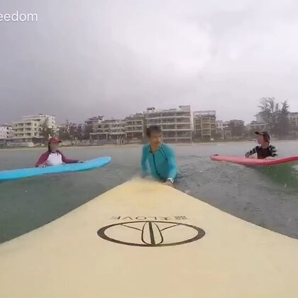 青春不能没有浪,即使风雨中也要冲个浪里个浪!#冲浪#