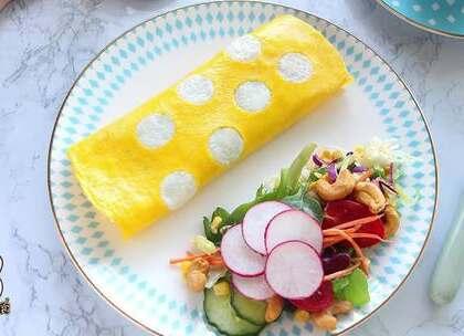 蛋炒饭应该是会下厨房的基本技能了,但问题是做得好看了没问题,要是配色不好的话,那就另当别论了。今天就教大家一个小方法吧!将做好的蛋炒饭披一件外套!制作方法简单,而且能够提升食欲哦!#美食##热门##蛋包饭#