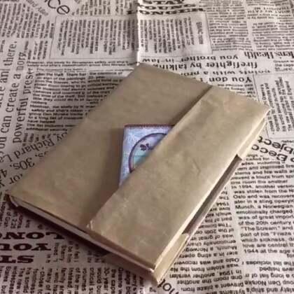 三种包书皮的方法~最后一种不要太美!马上要开学了,记得小时候新书发下来,老爸总是第一时间为我包上书皮。后来慢慢出现了成品书皮,就很少再手工包书了。但依然觉得手工包制的书皮更有感觉。马上开学了,这次亲自来包一包吧。#手工##开学季#