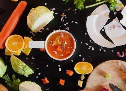 橙子作为人气水果,在一个月后迎来人生中的流量巅峰。不满足于做一种水果的橙子,还能开发出哪些新功能呢呢?赶紧搬好板凳,提前观摩下橙子还有哪些隐藏属性!#黑暗料理##美食 ##吃货#