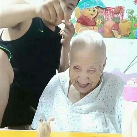 奶奶:不信打不到你……??#热门##搞笑##自拍#