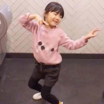 上个厕所,听到音乐,P姐也能一下子妖娆起来!只是这舞姿真的是尴尬啊😂😂😂#宝宝#