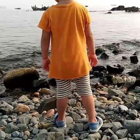 专心扔石头的小孩