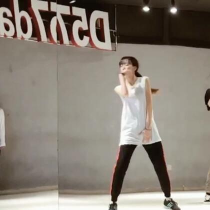 """#舞蹈# 日本Nana老师课堂❤️ 有人说很少看我跳韩舞了 关注量也少了很多。其实我不""""嫌弃""""跳韩舞 因为我觉得最初就是它让我爱上跳舞 我想一大部分人也是吧 但是等你真的想把你喜欢的舞跳好的时候 就会发现 基础才是最根本的 我想进步 不断努力去尝试新的 不擅长的东西 这样才能把我喜欢的东西跳好"""
