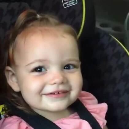 #宝宝##搞笑#爸爸教宝宝讲话,宝宝就是讲不出Ice cream(冰激凌),一直在说什么Camtono。这父女俩的互动好萌啊😊