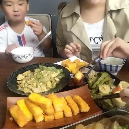 #美食#这小家伙碰到爱吃的东西.其他的一口不想动😂