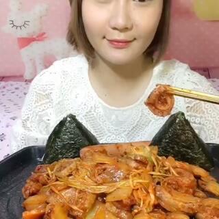 韩式辣肥肠~😁✌🏻夜毒来啦,久等了!😄每天又要想吃什么,又要准备吃的,又要吃又要录,还要编辑上传,两三年坚持下来真的不是那么容易的,像我这种天天更新的就更需要坚持的勇气了!😊不过能和小伙伴儿们一起分享生活点点滴滴,我也很快乐!😘#吃秀##我要上热门##韩国美食#