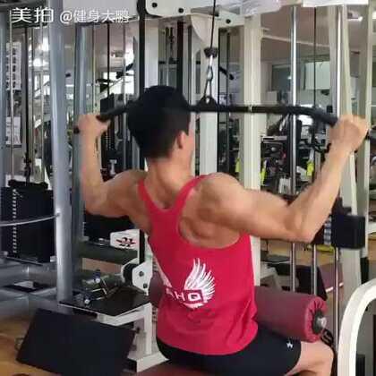 坐姿宽握下拉,背阔肌上侧、外侧两部分,有效增加背阔肌的宽度。我的VX:jianshendapeng 保证免费帮你们制作个人的健身计划 饮食计划。需要的加我免费咨询健身方面的问题#美拍运动季##健身##运动#