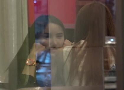 雷探长在泰国吃饭的间隙,看到一对前来就餐的神秘人士,看着既像人妖又像整容脸。你们觉得呢?待雷探长上前为大家一探究竟。#我要上热门##旅游##探险#