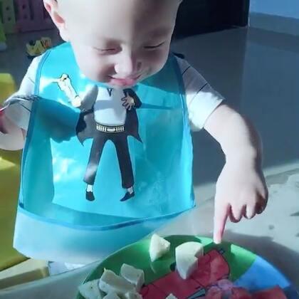#宝宝#睡醒吃水果,半根🍌,两片🍉,还有几颗🍇