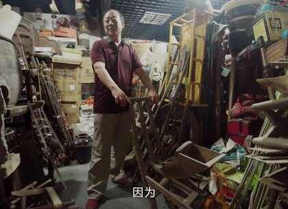 【他一个人珍藏了农村人70年的记忆】搪瓷碗、收录机、煤油灯,还有2000部胶片老电影,孙风辰收藏了中国农民近70年的记忆。他原本是一名医生,关掉自己的诊所,一心搜罗各种玩意。他说,我不能算收藏专家,我收藏的是农民们在那个年代的生活。#二更视频##牛人##河南#