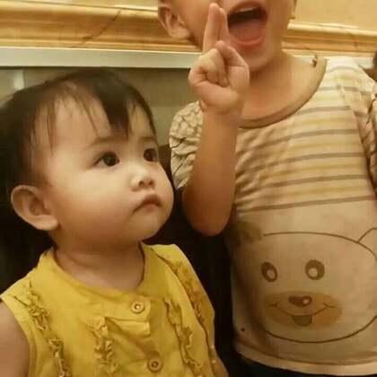 #宝宝##萌宝宝##自拍#小虾米和小哥哥一起拍照