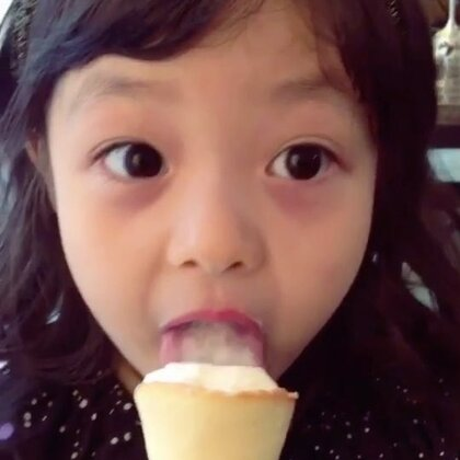 #宝宝##梨涡妹妹金在恩# 就是那么好吃😋都不多给麻麻再吃一口🙈😉
