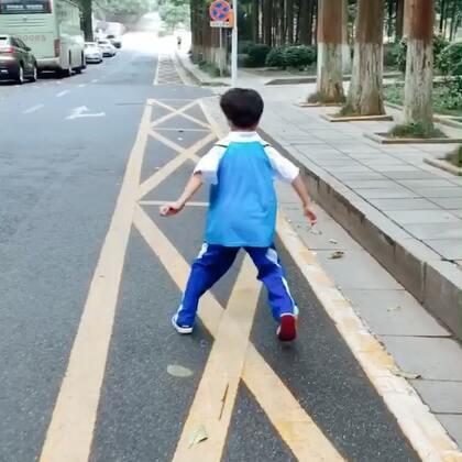 """#宝宝##放学了小自嗨#每天接送这个小朋友,就是""""八路军""""的节奏。"""