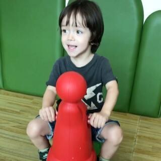 #宝宝##欧阳俊文##小宝brodie#小宝说为什么这里只有一个海象摇摇马