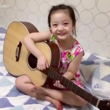 #宝宝##梨涡妹妹金在恩#小小吉他手😄