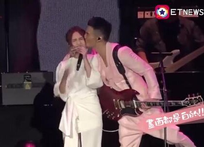 """李荣浩在自己的小巨蛋演唱会上突然伸手把杨丞琳拉来亲了一口,杨丞琳害羞逃走!李荣浩:""""谢谢我的女朋友杨丞琳。谢谢她一直陪着我,我喜欢她,她知道我在想什么,因为她是杨丞琳。""""😍"""