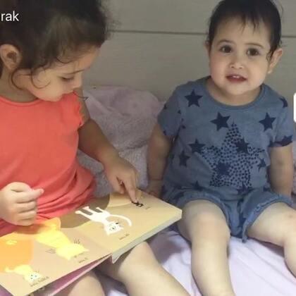 诺诺教小包子读书😊小包子不确定的时候就会看一眼姐姐,当非常自信的时候声音就格外的大,哈哈哈哈哈