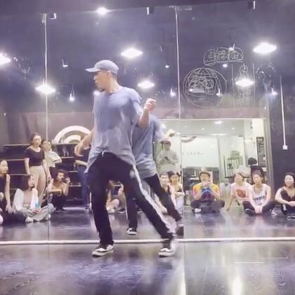 来自宝岛台湾的BoBo老师在今天内训课最后的solo,太帅太舒服太流畅了。太爱这位拖堂一小时热情分享知识的好老师了,第一次上他的课我已经被他彻底征服了哈哈哈#waacking##舞蹈##souldance#