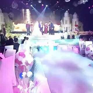 #婚礼#多么浪漫而又幸福的婚礼现场,这是果果小舅舅和小舅妈的浪漫时刻,希望弟弟和弟妹永远幸福美满,白头偕老。#幸福快乐一生一世#