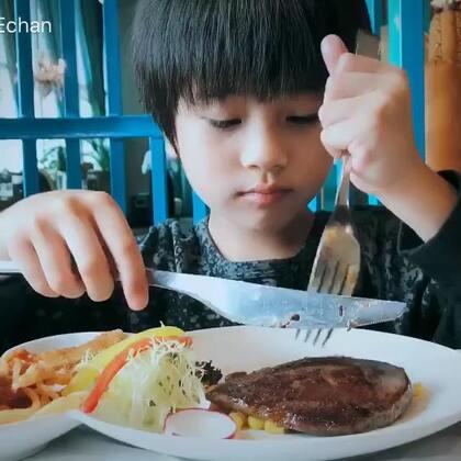 #宝宝##吃秀##刘羿辰#小吃货一枚,最爱牛排😘