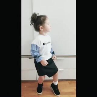 试穿新衣服,我想拍点照片。mo让我放点音乐,然后照片简直没法拍,她一直跳😂#mo跳舞#