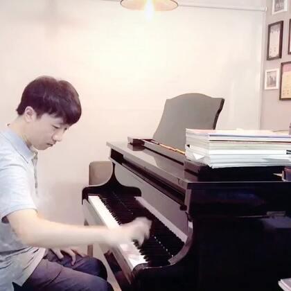 讲述刮奏的技巧。 下月9号我受到乐享大师课平台的邀请飞上海举办针对全国钢琴老师的师资培训,有意愿的老师可以联系乐享客服:@乐享大师课 。另外我的新书《周圣钢琴教学法》已面市,有兴趣的老师可以购买http://weidian.com/i/2165469391?ifr=itemdetail&wfr=c