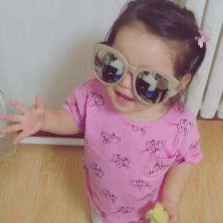 昨天整理杂物,把墨镜带给她玩~开始我带上,一边做手势一边耶,✌#搞笑幽默#然后给沅带上,哈哈哈 耶的时候 手指也摆弄不开了 从那画兰花指#宝宝#