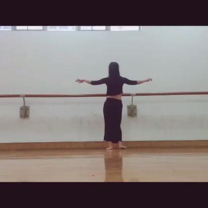 #肚皮舞基本功#(潇潇)这个组合包含的肚皮舞基础动作有:甩胯;上八;点踢;骆驼行走;单腿西米;埃及步;埃及圆胯行走;肩西米;丘丘西米;下八上八;提胯落胯;前车轮:前角胯;反骆驼;切胯行走;单边上八行走;单边下八。#舞蹈教学#