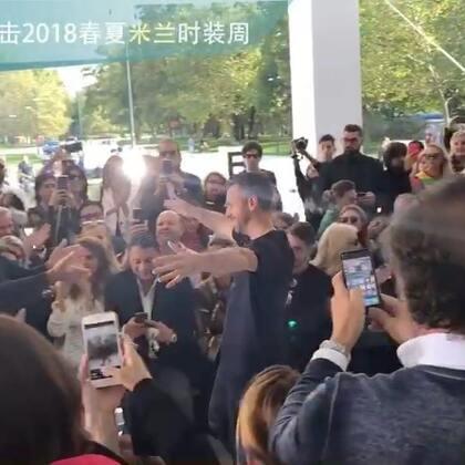 2018春夏系列是Roberto Cavalli 新任创意总监Paul Surridge 的首秀,谢幕时他特意走来与Cavalli 老先生拥抱~#米兰时装周#