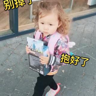 在玩具店看上了个交通灯,给她买了,可稀罕了,路上一直提醒自己抱好了别掉了!#宝宝##混血宝宝##萌宝宝##安娜23个月#
