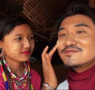 善良淳朴的露西亚是缅甸长颈村少有的长耳族,在她母亲应允下,雷探长探访了她们住宿的屋舍,竹排搭起来的吊脚楼式的房子虽说简陋,但她们也不以为然。当晚,雷探长借宿在此,临走时有幸得露西亚赠一条亲手织的围巾。#我要上热门##旅游##探险#