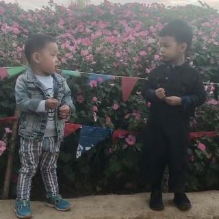 #Love佑❤36个月##天佑和彬彬#兄弟俩一言不合就尬歌🤣天佑在幼儿园学的新歌《我爱北京天安门》没事就唱起😄#宝宝#
