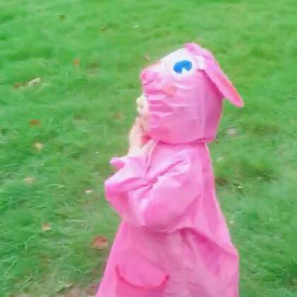 🌧️🍡全副武装爸爸带她出门玩,路上一个水坑也没放过,回到家跟从水里捞出来似的😓#宝宝##混血萌宝#