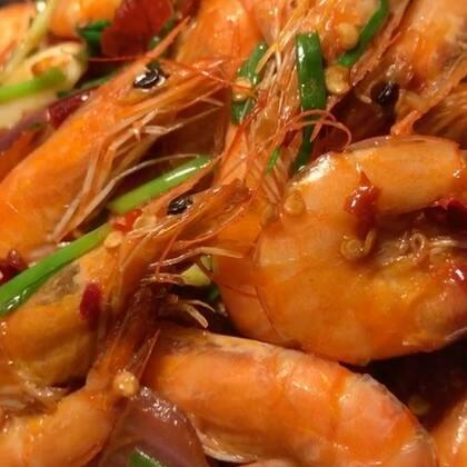 """尖尖我又来""""深夜放毒啦""""今年吃得最多的就是虾了,之前也出了很多虾的做法,今天没出门买菜,实在找不到更什么了!在冰箱找来找去,就只有虾,就简单做一个吧!点赞的宝贝明天起来瘦两斤,把你们❤️送给我吧 么么哒#美食##家常菜##海鲜#@美拍小助手"""
