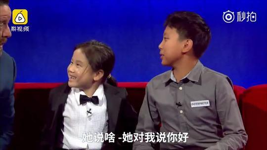 那个红炸美国的中国钢琴神童又火了,6岁陈安可近日参加澳大利亚电视节目,她表示从4岁开始学琴,每天4小时,最爱莫扎特和贝多芬。安可活泼可爱,现场主持人和翻译根本无法掌控她。采访时天马行空,弹琴时又无比专注,小安可这是要火遍全球的节奏啊!😍