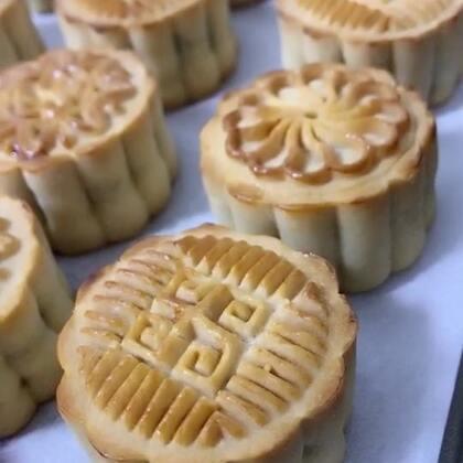 #奇葩月饼大比拼##美食#一个简短而又精致的视频,呃…精致是没看见,简短倒是真的😂😂😂